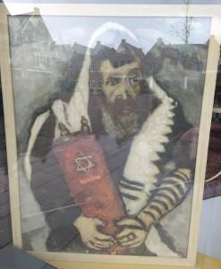 Deze afbeelding heeft een leeg alt-atribuut; de bestandsnaam is nijkerk-eierhal-rabbi-met-torah-chagall-.jpg